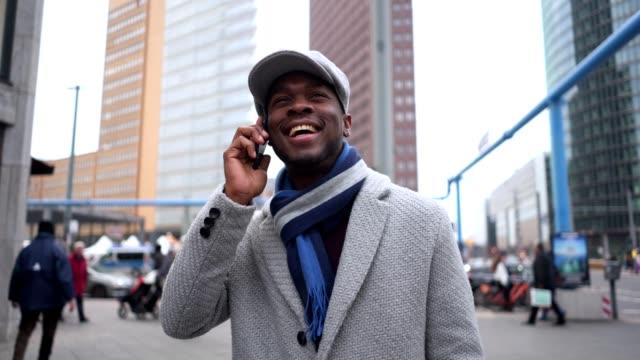 携帯電話で話している町の実業家 - ウィンターコート点の映像素材/bロール