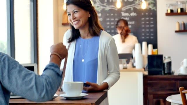 Geschäftsmann Interviews job-Kandidat an der lokalen Kaffee shope