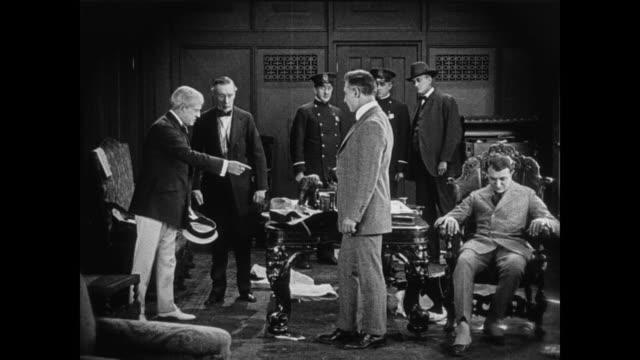 vídeos de stock, filmes e b-roll de 1920 businessman is found dead in his office - morte
