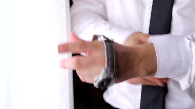 ビジネスマンは、仕事のため準備中です。 - シャツ点の映像素材/bロール