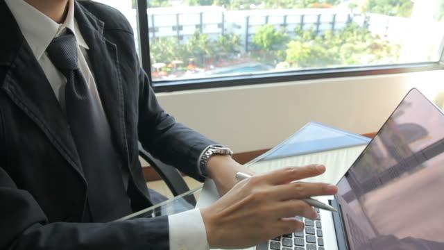 vídeos de stock e filmes b-roll de hd: empresário está a pensar e trabalhar com computador portátil - business relationship