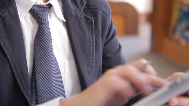 hd : businessman is thinking and working with tablet - människofinger bildbanksvideor och videomaterial från bakom kulisserna