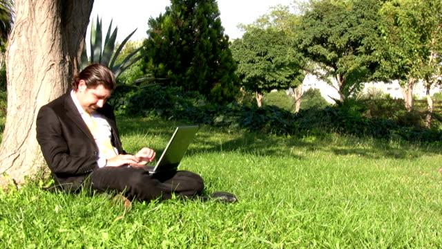 vídeos y material grabado en eventos de stock de empresario está trabajando al aire libre - sólo hombres jóvenes