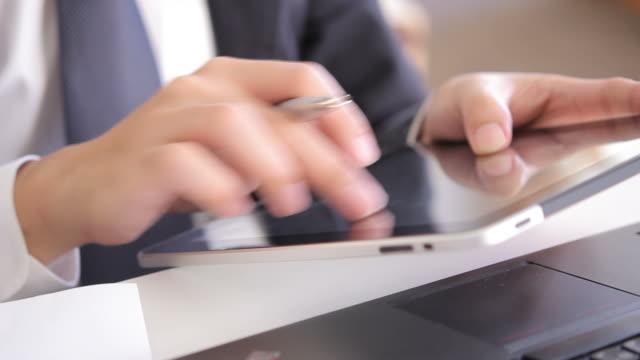 hd : businessman is working with tablet - människofinger bildbanksvideor och videomaterial från bakom kulisserna