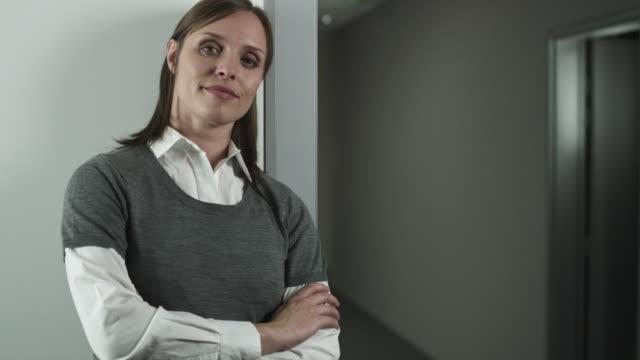 vidéos et rushes de ts businessman joins businesswoman for portrait - bras croisés