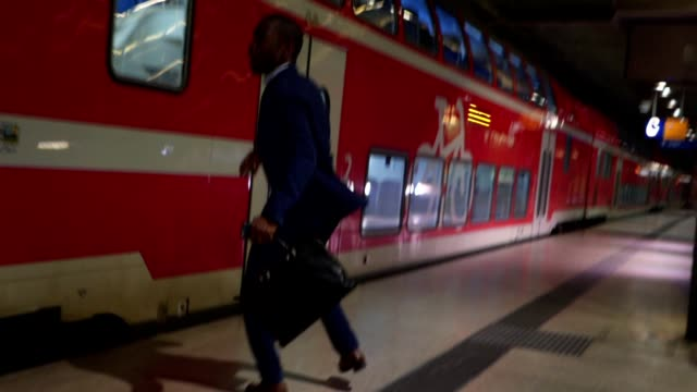 businessman late for the train - stazione della metropolitana video stock e b–roll