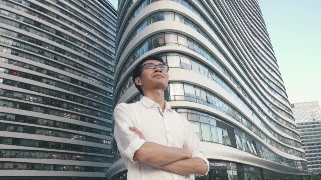 vidéos et rushes de businessman look into the future - seulement des jeunes hommes
