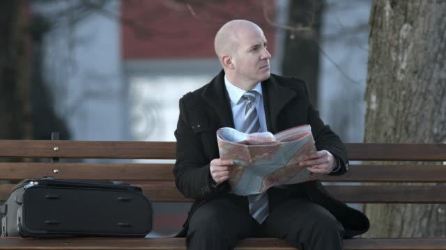 HD: Geschäftsmann auf der Suche auf der Karte