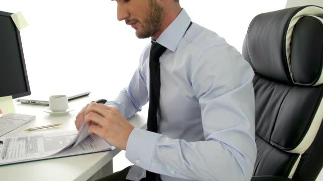 Uomo d'affari alla ricerca di moduli per la dichiarazione d'imposta