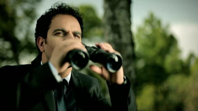 stockvideo's en b-roll-footage met zakenman op zoek weg met verrekijker in de natuur. - verrekijker