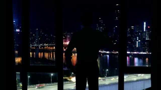 夜の窓の外見て実業家 - 人の背中点の映像素材/bロール