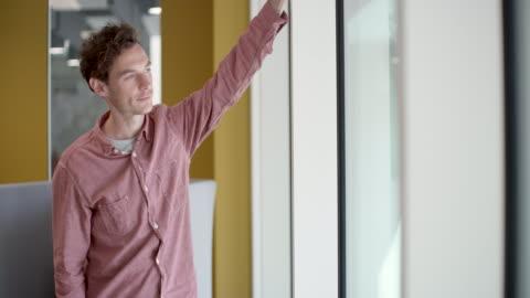 vídeos y material grabado en eventos de stock de ms of businessman looking out of window in creative office - hacer un descanso