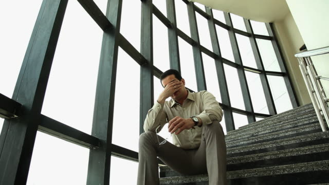 businessman looking sad  - verlust stock-videos und b-roll-filmmaterial