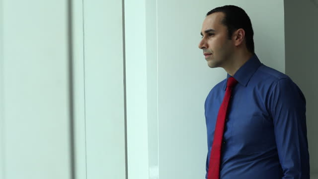 vídeos y material grabado en eventos de stock de businessman looking through a window  - camisa y corbata