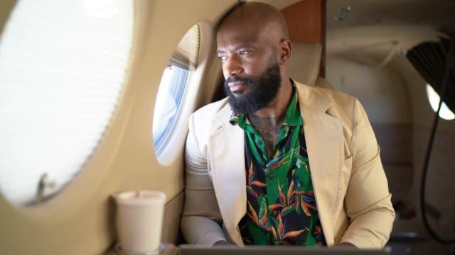 vídeos de stock, filmes e b-roll de homem de negócios que olha através do indicador corporativo do jato - 40 44 anos