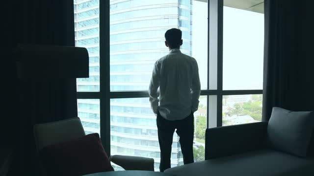 オフィスの窓から見るビジネスマン - 最高経営責任者点の映像素材/bロール