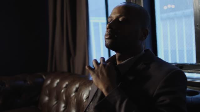 vidéos et rushes de businessman loosening tie - cravate