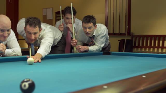 hd :dolly ビジネスマンとしてプールゲーム - キューボール点の映像素材/bロール