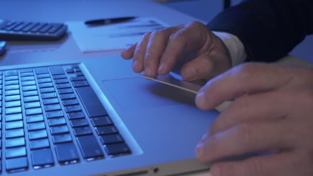4K DOLLY: zakenman online betaling