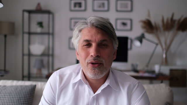 vídeos de stock e filmes b-roll de businessman making video call, looking at camera and talking - 40 44 anos