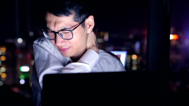 ビジネスマンの首の痛み、夜に働いている間 - exhaustion点の映像素材/bロール