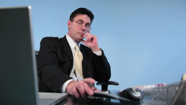 vídeos de stock e filmes b-roll de homem de negócios, escritório, negócios, computador portátil e computador - vestuário de trabalho formal