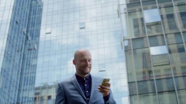 Uomo d'affari su un cellulare