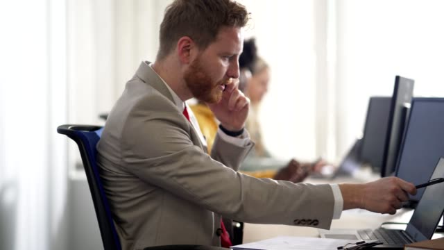 vidéos et rushes de homme d'affaires sur un appel téléphonique - petit groupe de personnes