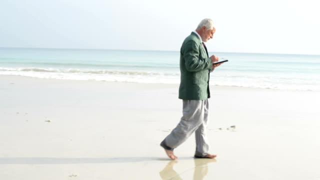 ビジネスマンビーチで - full length点の映像素材/bロール