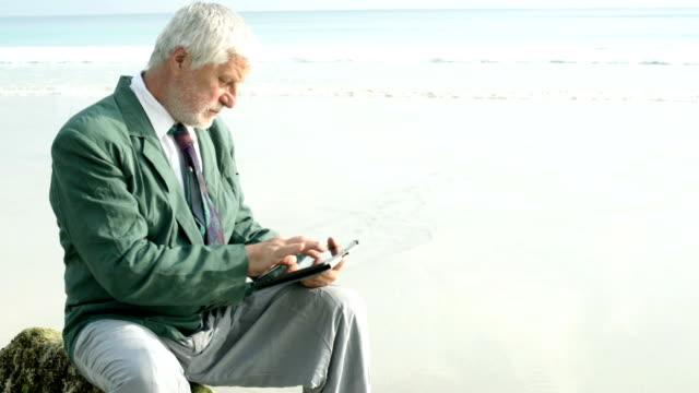 businessman on beach - endast en medelålders man bildbanksvideor och videomaterial från bakom kulisserna
