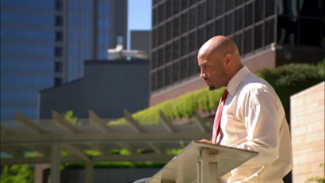 vídeos de stock e filmes b-roll de businessman on break taking on mobile phone - camisa e gravata