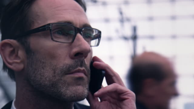 geschäftsmann am telefon im bahnhof - bahnreisender stock-videos und b-roll-filmmaterial