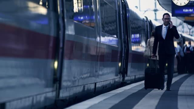 ビジネスマンに電話ステーション - 鉄道のプラットホーム点の映像素材/bロール