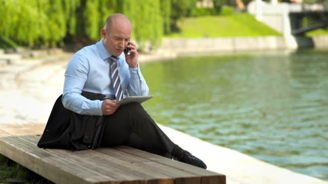 hd :ビジネスマンに電話の街 - シャツとネクタイ点の映像素材/bロール