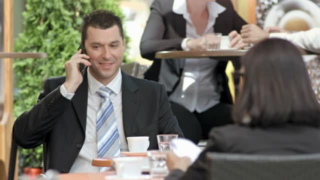 hd :実業家を示す親指アップに電話 - 談笑する点の映像素材/bロール