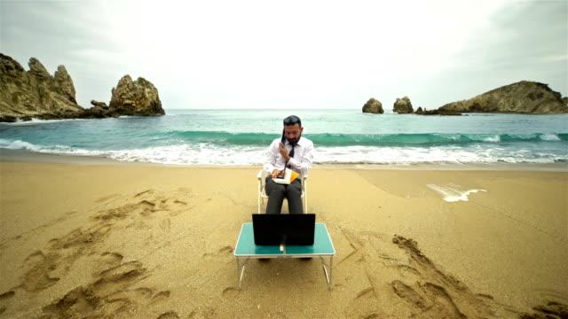Zakenman aan het strand - 4K resolutie