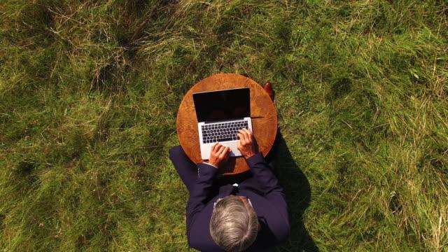 stockvideo's en b-roll-footage met zakenman op het gezichtsveld van bovenaf - ver
