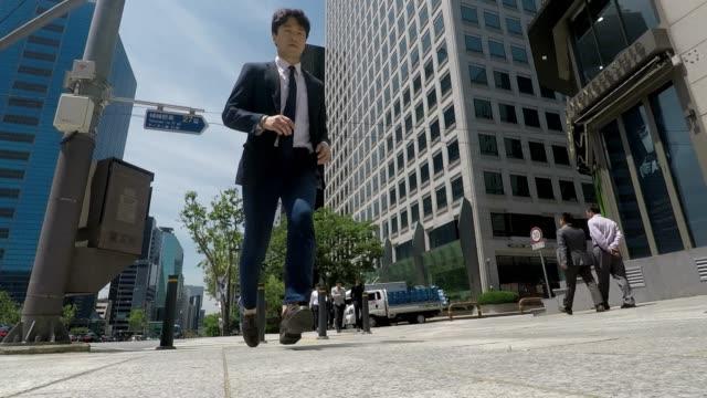 ソウルのダウンタウンで外出先でビジネスマン - 朝鮮半島点の映像素材/bロール