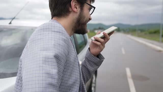 vídeos de stock, filmes e b-roll de empresário na rodovia - margem de estrada