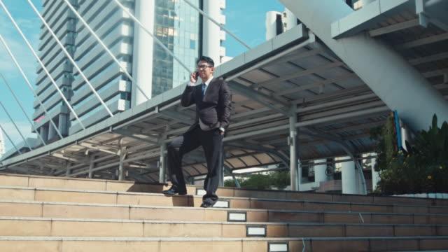 vidéos et rushes de homme d'affaires sur le téléphone - tenue d'affaires formelle
