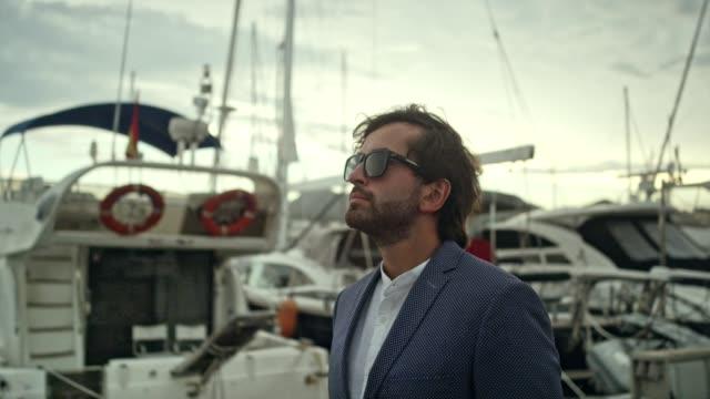 geschäftsmann im urlaub. fuß zur marina - jachthafen stock-videos und b-roll-filmmaterial