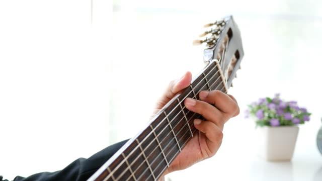 geschäftsmann spielt gitarre in der freizeit - griffbrett stock-videos und b-roll-filmmaterial