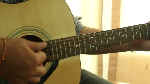 Geschäftsmann spielt Gitarre