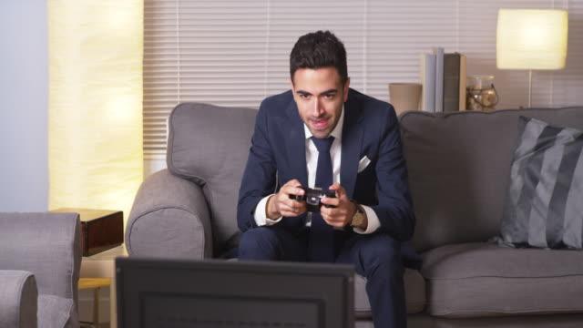 businessman playing video games - プエルトリコ人点の映像素材/bロール