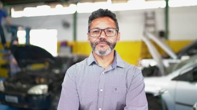 汽車修理店的商人肖像 - 上半身像 個影片檔及 b 捲影像
