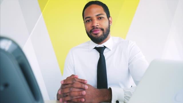 vídeos de stock, filmes e b-roll de retrato do homem de negócios que trabalha no escritório. - confiança