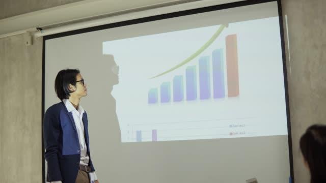 ビジネスマンの財務報告書を提示 - カンファレンス点の映像素材/bロール