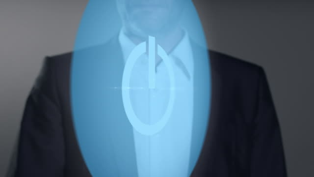 Uomo d'affari premendo il pulsante di alimentazione virtuale