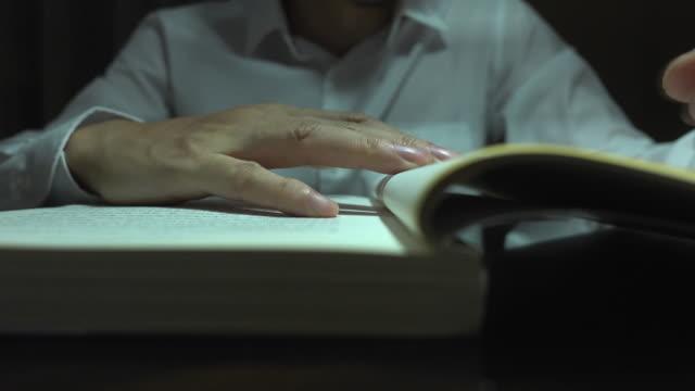 ビジネスマンは夜に本を読む - 30代点の映像素材/bロール