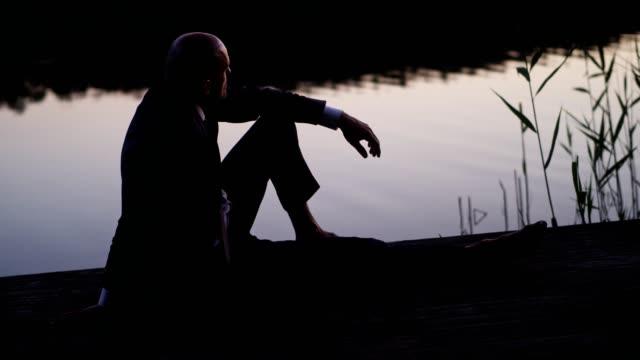 湖の桟橋でリラックスした実業家 - リフレクション湖点の映像素材/bロール